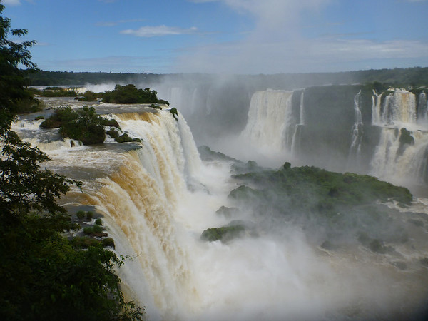 looking towards la garganta del diablo (devil's throat) (Foz do Iguassu)